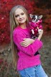 相当有奇瓦瓦狗的青少年的女孩在自然 库存照片