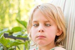 相当有她的横渡的眼睛的小女孩 免版税库存照片