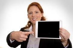 相当有微型片剂个人计算机的红发女商人 库存照片