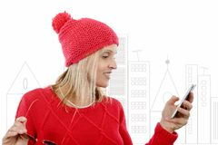 相当有手机的白肤金发的妇女 免版税库存照片