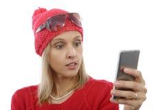 相当有手机的白肤金发的妇女 库存照片