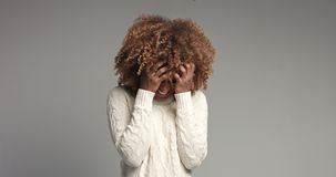 相当有摆在录影的大头发的黑人女孩 免版税库存照片