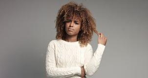 相当有摆在录影的大头发的黑人女孩 免版税图库摄影