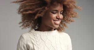 相当有摆在录影的大头发的黑人女孩 库存照片