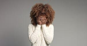 相当有摆在录影的大头发的黑人女孩 免版税库存图片