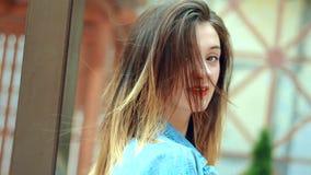 相当有摆在照相机的红色嘴唇的年轻白肤金发的妇女 股票录像