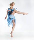 相当有效的白肤金发的蓝色舞蹈礼服女孩 免版税库存照片