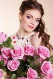 相当有桃红色玫瑰的女孩 免版税库存图片