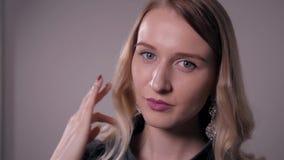 相当有汇集时髦的jewelery的少妇在商店 股票录像