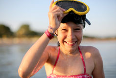 相当有潜水面具的小女孩在海 库存照片