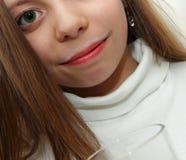 相当有牛奶踪影的小女孩在嘴唇的 免版税图库摄影