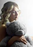 相当有玩具熊的女孩 免版税库存照片