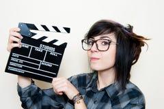 相当有电影拍板的年轻供选择的青少年的妇女 免版税库存照片