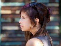 相当有紫色条纹的少妇在头发 免版税库存图片