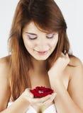 相当有红色玫瑰的小姐 免版税库存照片