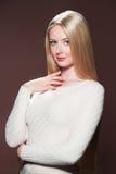 相当有美丽的头发的年轻白肤金发的妇女 免版税库存照片