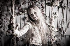 相当有花的白肤金发的青春期前的女孩 免版税库存图片