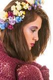 相当有花的青少年的女孩在头发 免版税库存照片