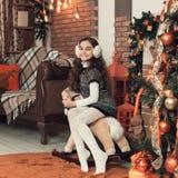 相当有长的头发的小深色的女孩坐玩具hors 免版税图库摄影