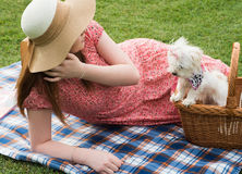 相当有马尔他小狗的浪漫女孩 免版税库存照片