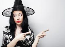 相当有黑帽会议的年轻深色的巫婆 免版税库存照片