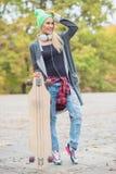 相当有滑板的凉快的妇女 库存图片