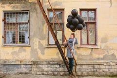 相当有黑气球的少妇 图库摄影