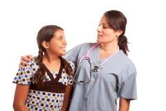 相当查出的医生母女孩讲西班牙语的&# 免版税库存照片