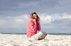 相当查看成熟妇女刮风的天气海洋 库存图片