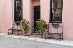 相当桃红色大厦和长凳 免版税库存照片