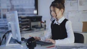 相当母学生热心地与个人计算机一起使用 4K 影视素材