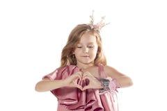 相当汇集她的手的小女孩做形状心脏 被隔绝的射击 概念 库存照片