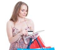 相当浏览在互联网上和支付与卡片的现代妇女 库存照片