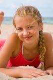 相当海滩的白肤金发的女孩 免版税图库摄影