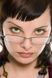 相当深色的女孩玻璃纵向 库存图片