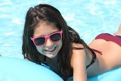 相当游泳池的女孩 图库摄影
