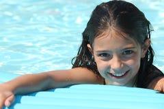 相当游泳池的女孩 免版税库存照片