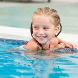 相当游泳的小女孩… 免版税图库摄影