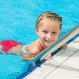 相当游泳的小女孩… 免版税库存照片