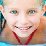 相当游泳的小女孩… 图库摄影