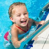 相当游泳的小女孩… 库存图片