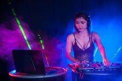 相当演奏舞蹈的亚裔女性妇女DJ音乐 库存照片