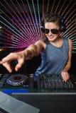 相当演奏音乐的女性DJ 免版税图库摄影