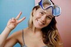 相当潜水面具的少妇反对桃红色背景 Summe 免版税库存照片
