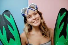 相当潜水面具的少妇反对桃红色背景 Summe 库存照片