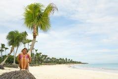相当热带海滩的女孩 库存照片