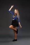 相当现代微小的节律唱诵的音乐样式十几岁的女孩跳跃的跳舞  库存图片