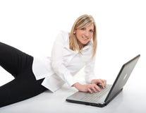 相当白肤金发与膝上型计算机 免版税图库摄影