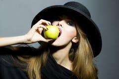 相当白肤金发的少妇用苹果 免版税库存照片