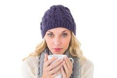 相当白肤金发以拿着杯子的冬天时尚 免版税库存照片